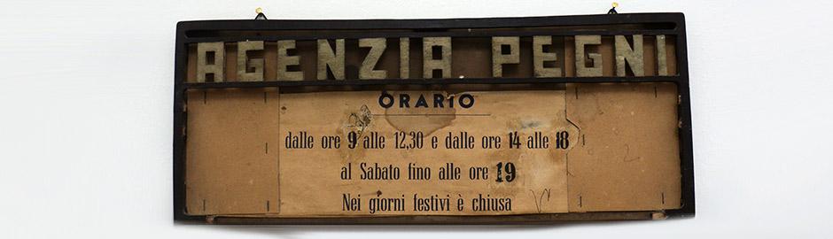 Vecchio cartello degli orari dell'agenzia