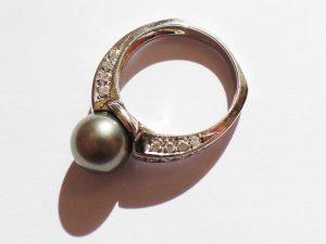 Lotto 98465 Anello in oro bianco con perla coltivata e brillantini Base d'asta: da definire - Cauzione: da definire