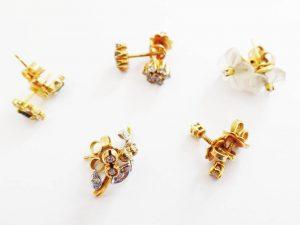 Lotto 98573 Bracciale in oro giallo due paia di orecchini in oro giallo e in oro bianco con brillantini anello in oro bianco con brillantini tre paia di orecchini in oro giallo Base d'asta: 500,00 € - Cauzione: 50,00 €