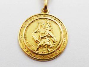Lotto 98143 Anello in oro bianco con diamanti portachiavi in oro giallo due spille in oro giallo con pietre ciondolo in oro giallo con guasti Base d'asta: 525,00 € - Cauzione: 52,50 €