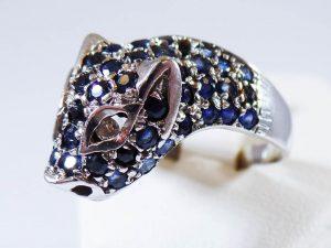 Tra i preziosi all'asta, un bell'anello in oro bianco