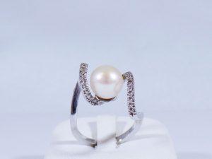 Anelli all'asta (anello in oro bianco con perla coltivata)