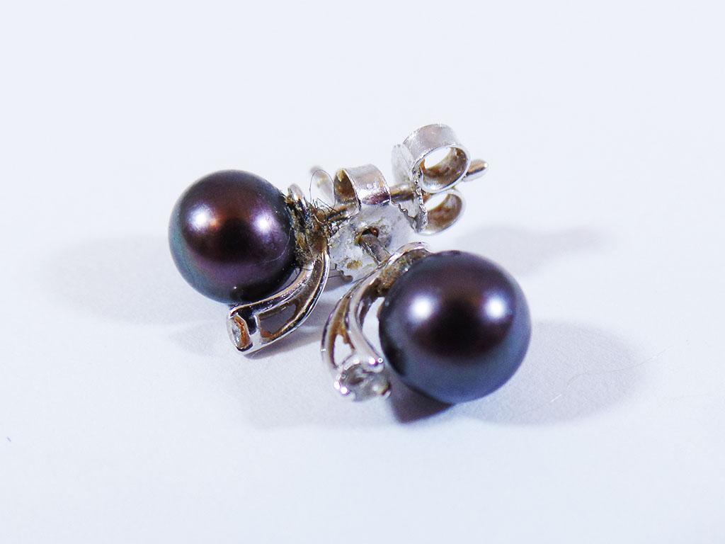 Orecchini in oro bianco con diamantini e perle nere